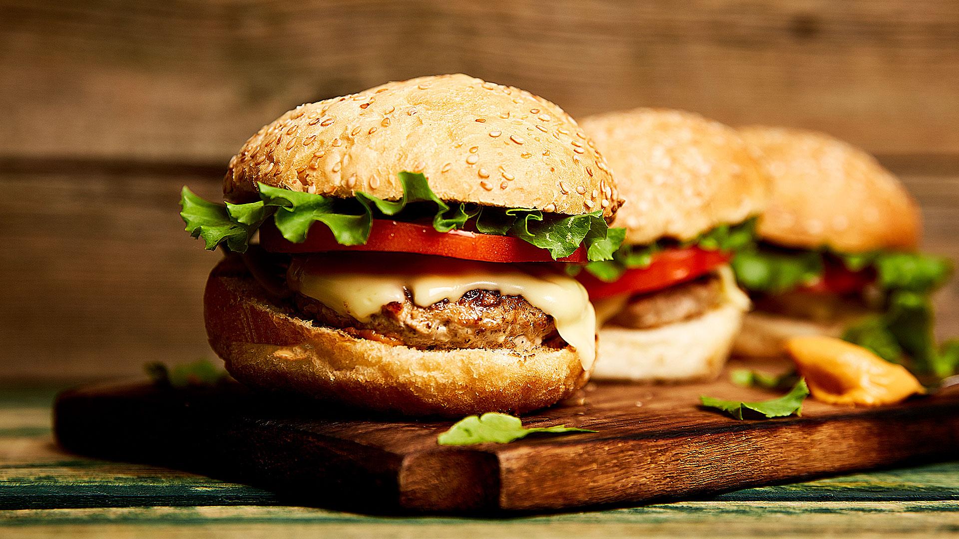 Foto de hambúrgueres, representando o delivery no Villa Viseu