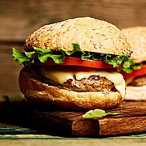Foto de um hambúrguer, representando o delivery no Villa Viseu.