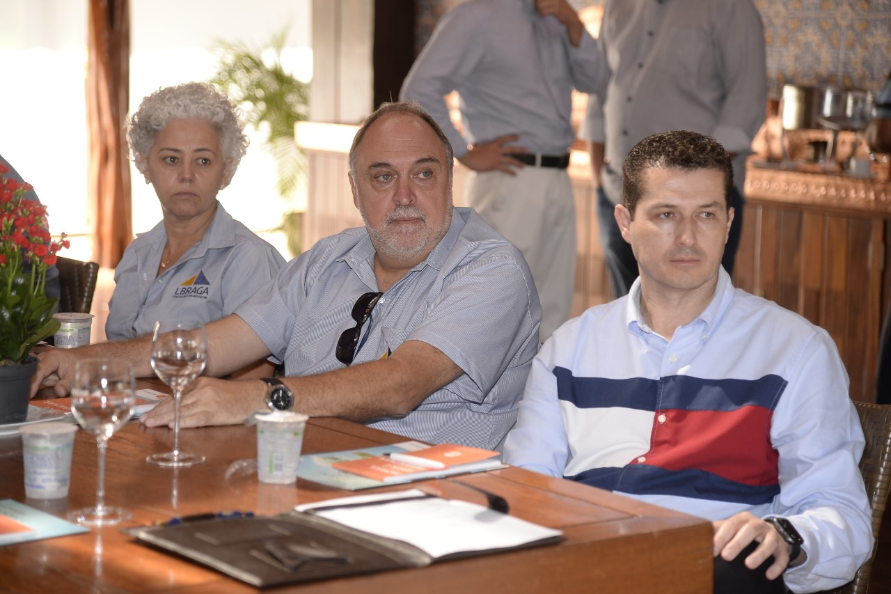imagem com pessoas que representam assinatura da parceria